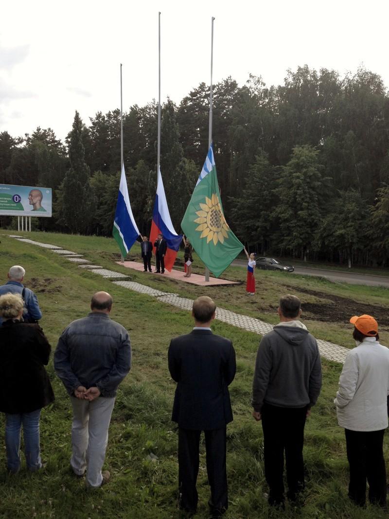 Флаги возле гостиницы «Тахов» в городе Заречном