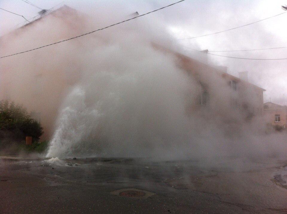 Горячая вода бьёт из-под земли на перекрёстке улиц Мира и Комсомольской в городе Заречном