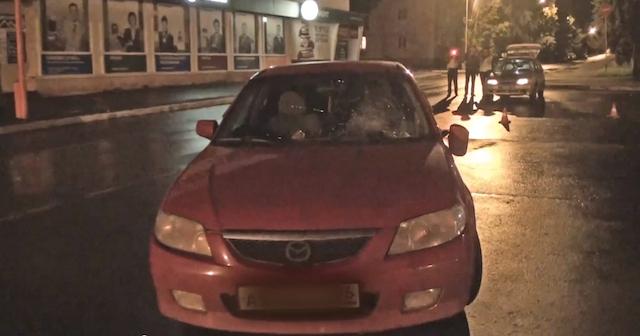 Мазда Фамилия сбила двух пешеходов в городе Заречном