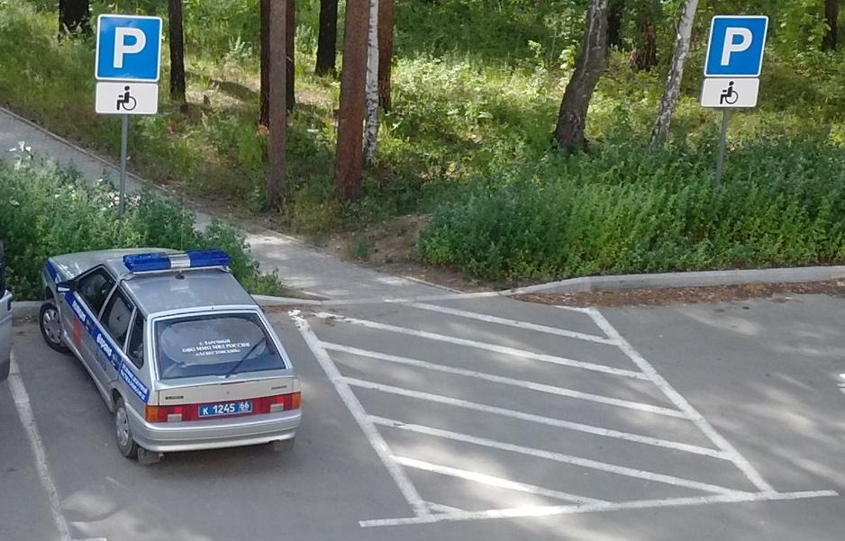 Полицейский автомобиль в городе Заречном припарковался на месте для инвалидов